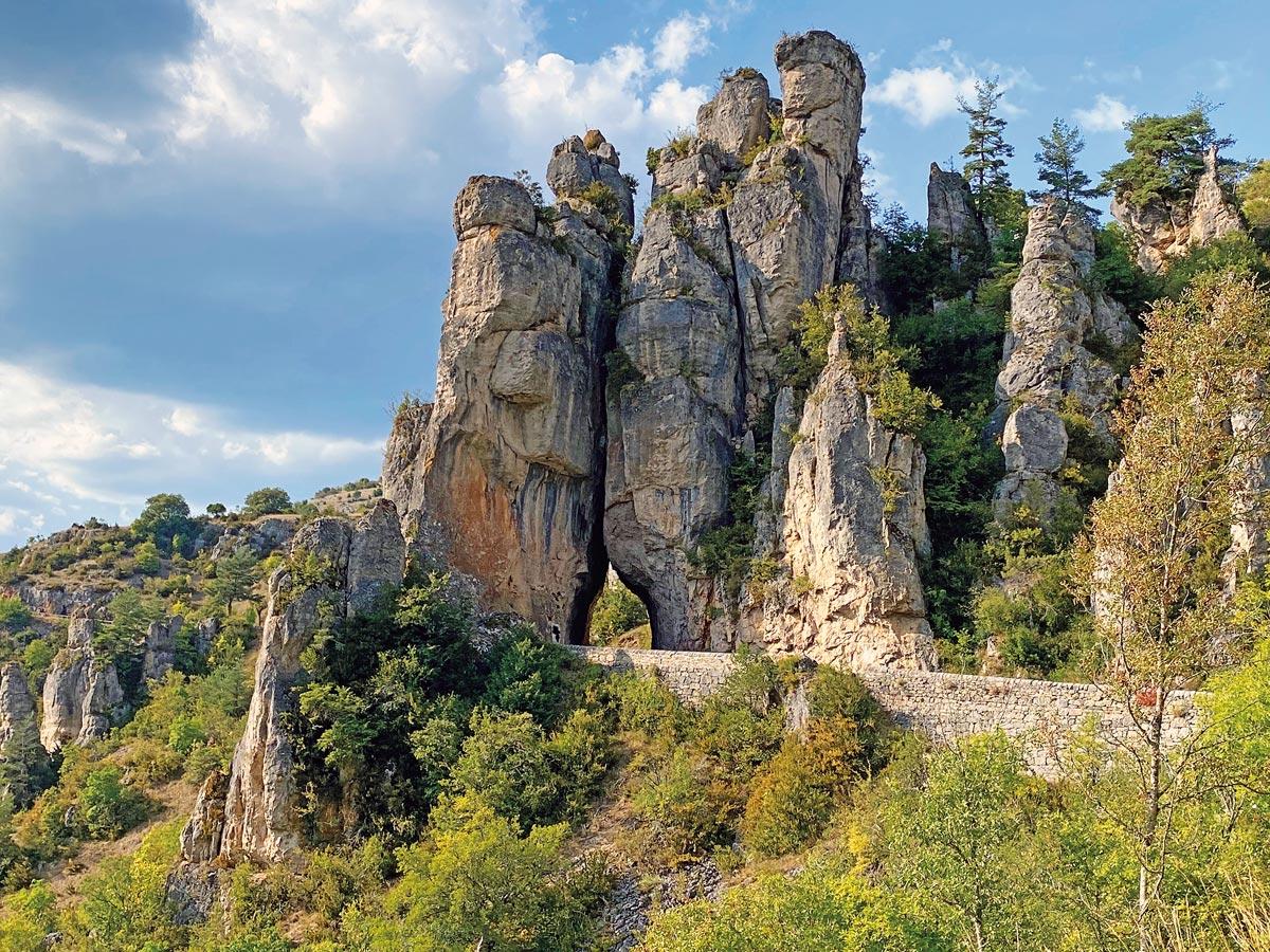 Bizarre Felsformationen in den Gorges de la Jonte, das Zuhause der Geier