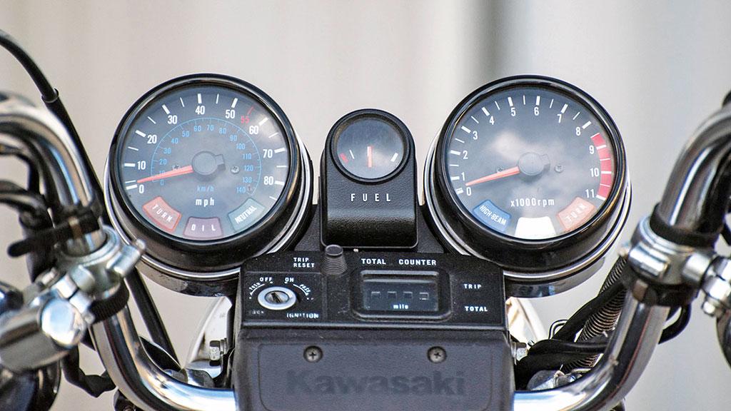 Cockpit der Kawasaki Z 1000 Ltd im Stil der 1970er Jahre