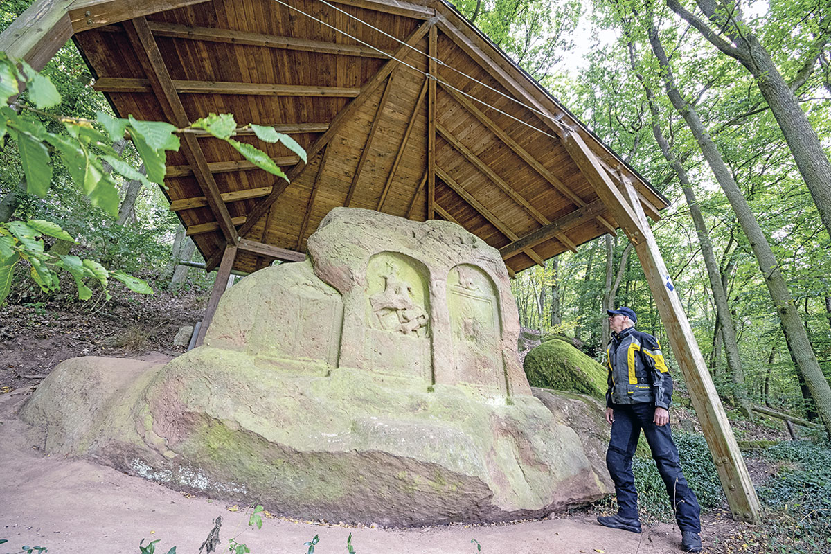 Motorradtour Saar-Nahe-Bergland - Römisches Natursteingrabmal bei Schweinschied